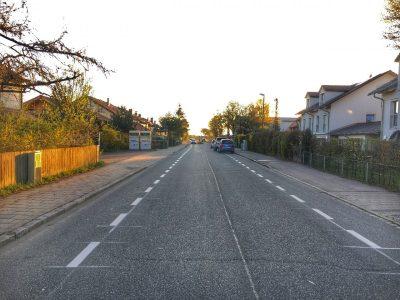 Brunnthaler Straße mit Radschutzstreifen