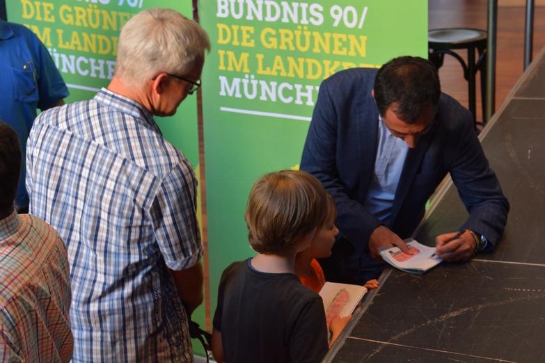 Cem Özdemir gibt Autogramme für Kinder