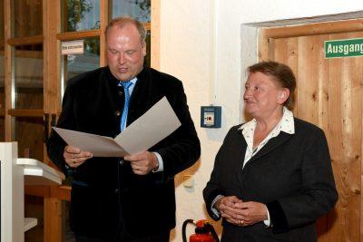 Landrat Göbel überreicht Susanna Tausendfreund Ring und Urkunde