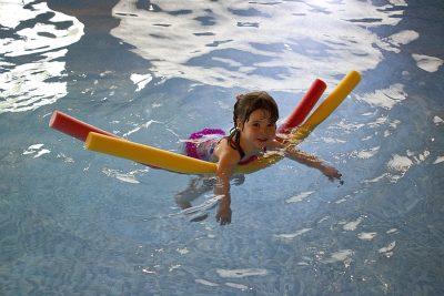 Kind beim Schwimmenlernen