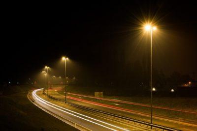 Strassenbeleuchtung bei Nacht