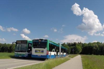 MVV-Busse begegnen sich auf Landstraße